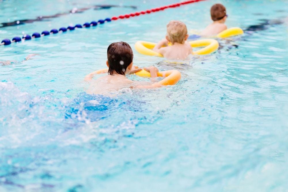 Как быстро научить ребенка плавать в бассейне основные техники и уроки плавания